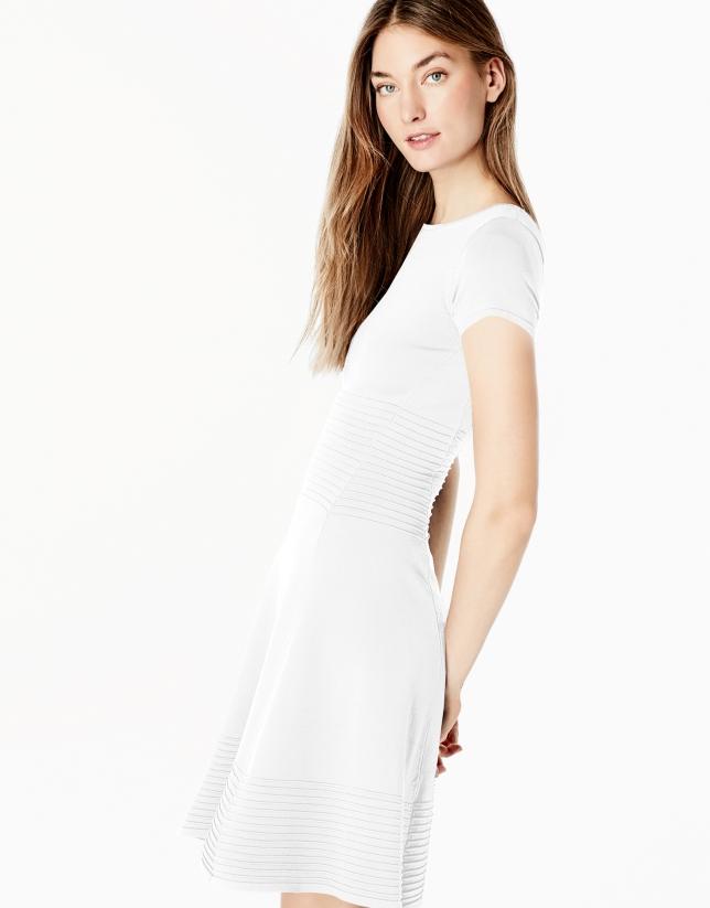 Robe blanc en maille à volant