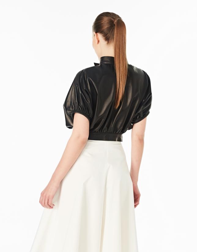Veste en cuir noire avec des boucles
