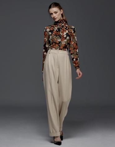 Pantalon beige à pinces et chevrons
