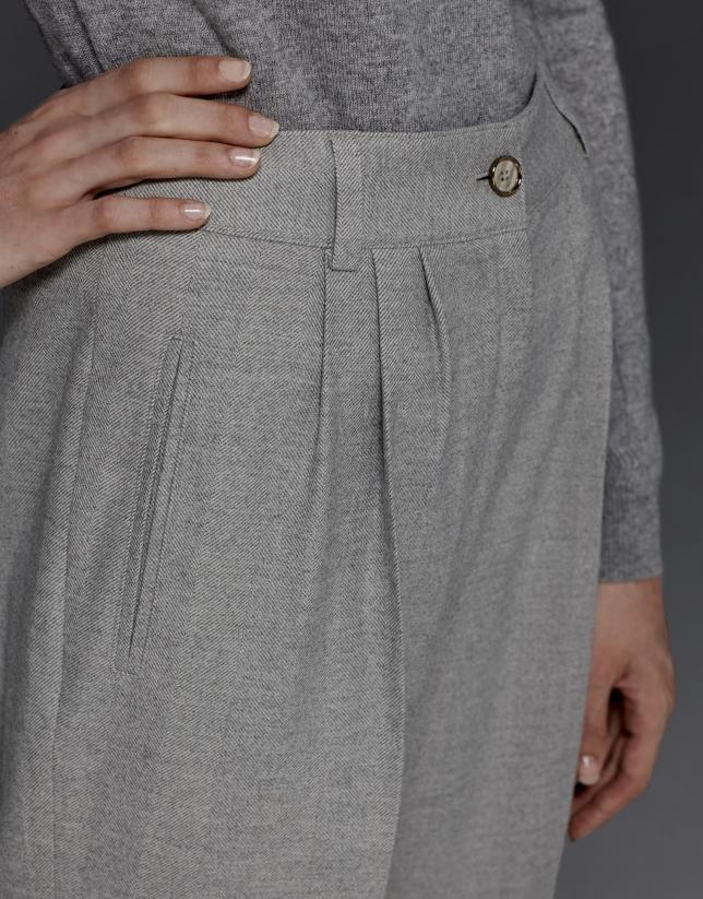 Pantalon gris à pinces et chevrons