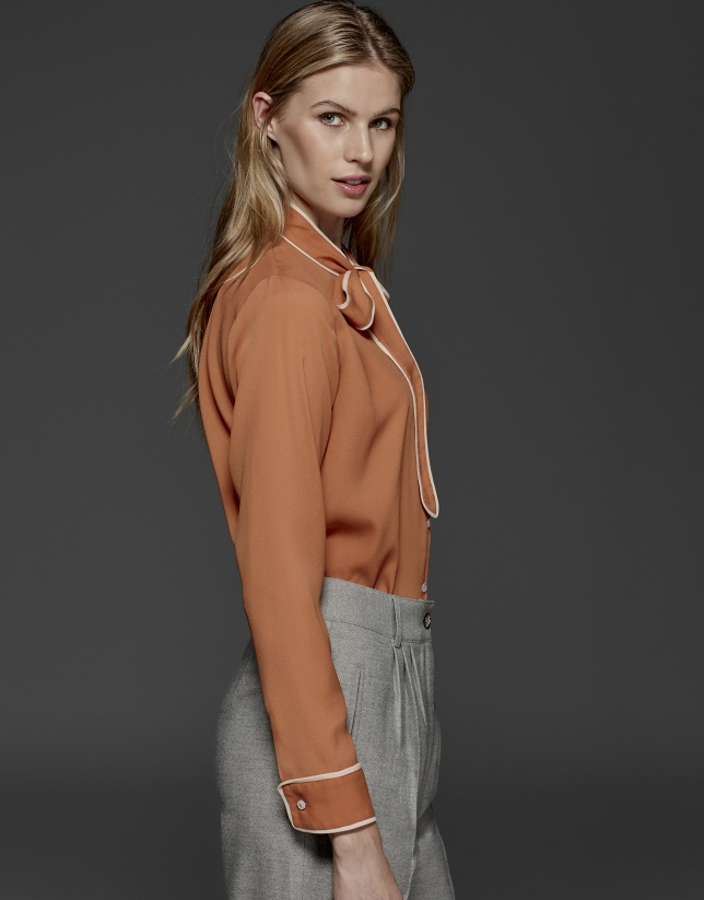 Chemise à ruban sur le col orange