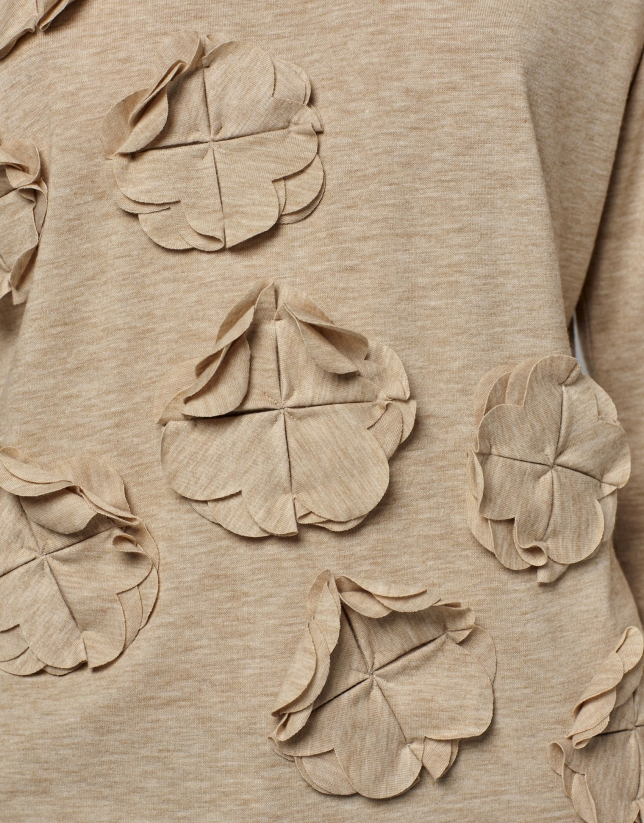 Hazelnut t-shirt with floral appliqués