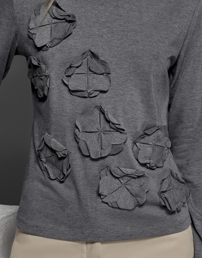 Camiseta gris plata con aplicación de flores