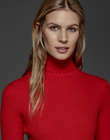 Pull en bord-côte col tortue rouge