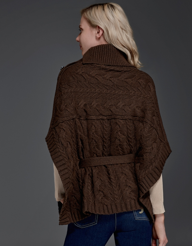 Jersey poncho marrón cuello chimenea abotonado
