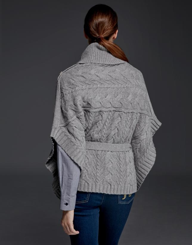 Jersey poncho gris plata cuello chimenea abotonado