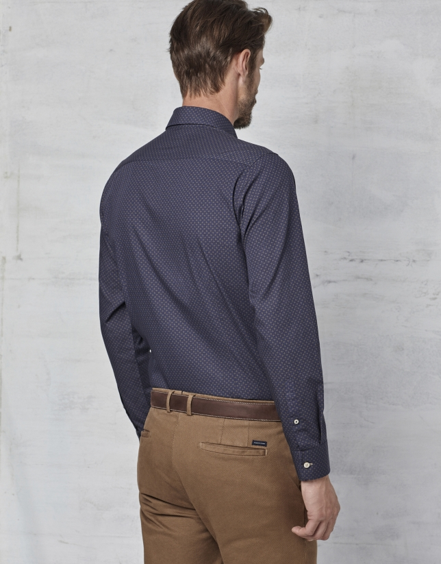 Camisa azul marino con fantasía marrón