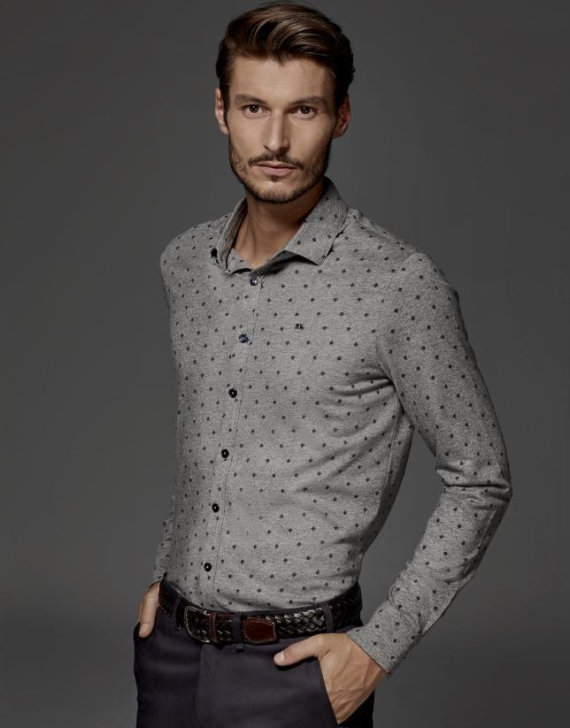 Polo modelo camisa color gris con fantasía