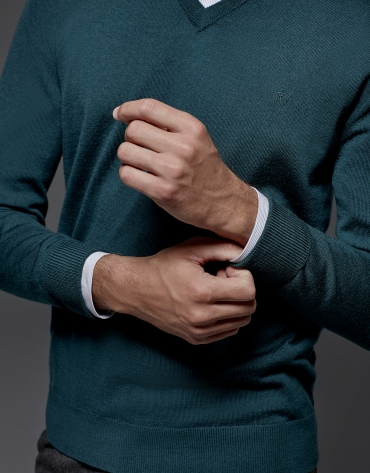 Green wool sweater with V neck