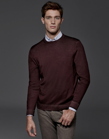 Maroon dyed sweater with square collar