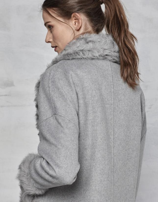 Chaquetón gris doble faz con cuello de pelo