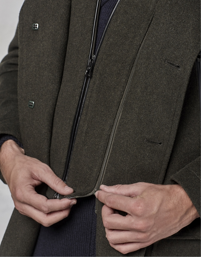 Abrigo color caqui con pechera y capucha desmontable