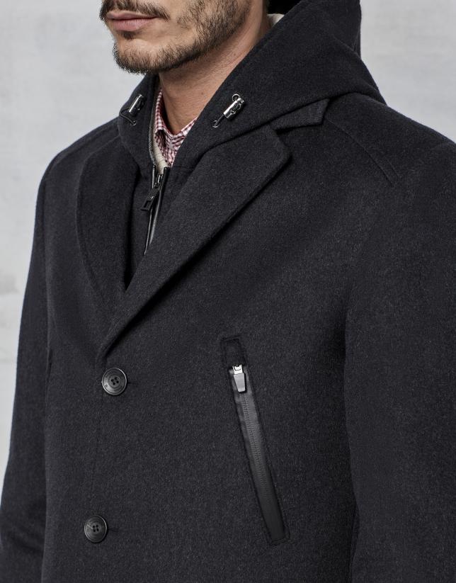 Abrigo color gris con pechera y capucha desmontable