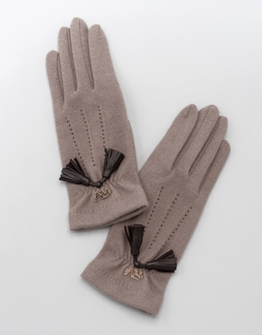 Beige knit gloves with tassel