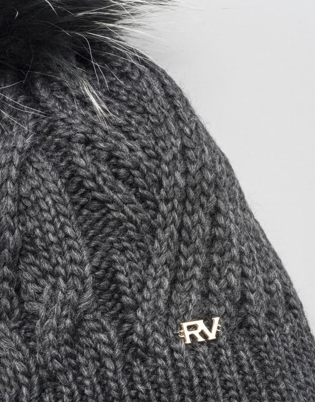 Bonnet gris torsadé en laine avec pompon