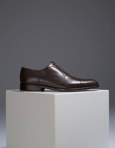 Brown classic shoe with seam at the toe