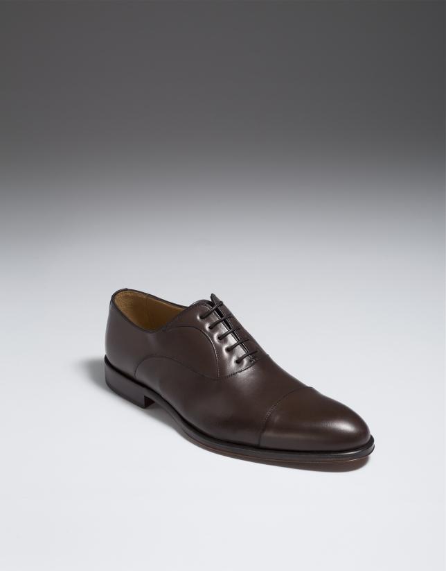 Chaussure homme classique en marron avec découpe sur le bout
