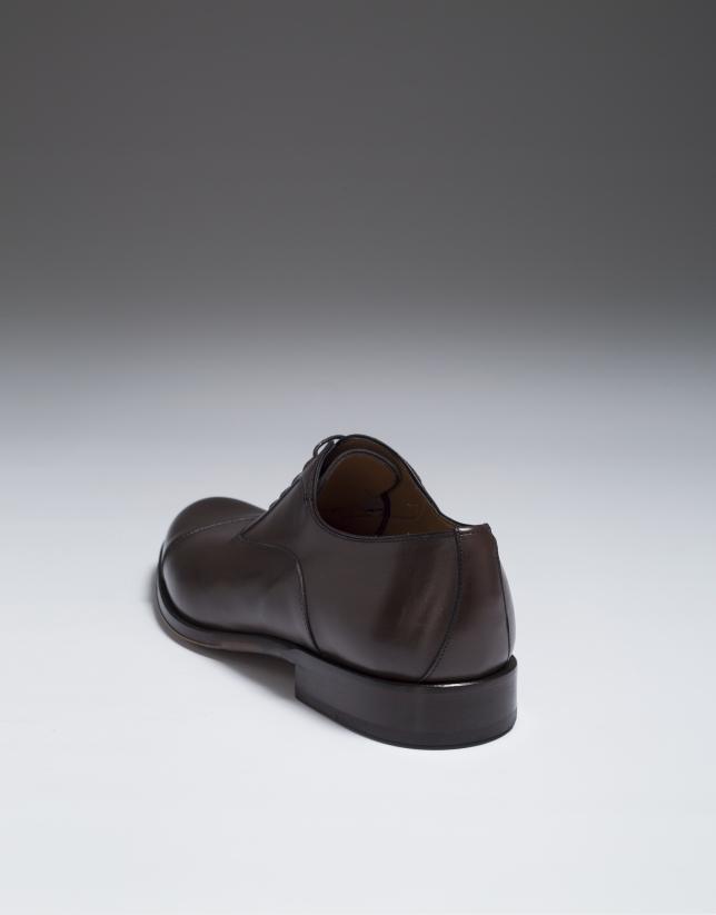 Zapato clásico con corte en puntera color marrón