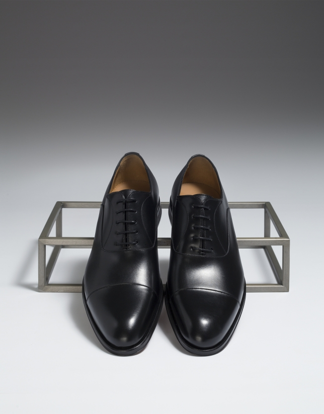 Black classic shoe with seam at the toe