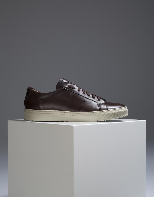 Sneakers en cuir marron avec surpiqûres latérales