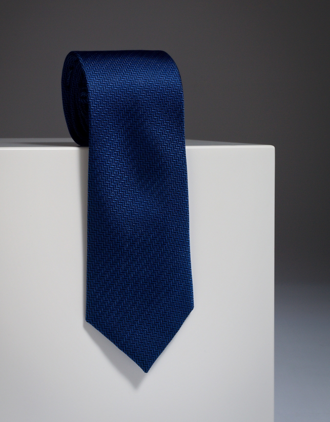 Corbata de seda en tonos azules con estructura de espiga.