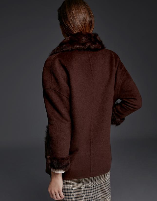 Chaquetón marrón doble faz con cuello de pelo