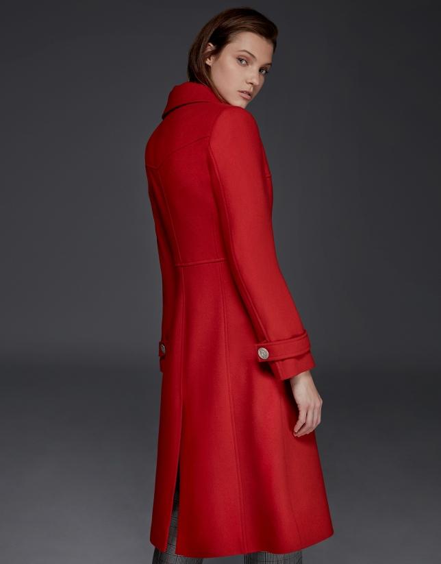 Manteau longue en laine rouge avec des bouton