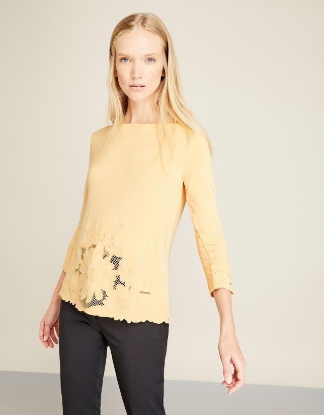 Camiseta bordada amarilla