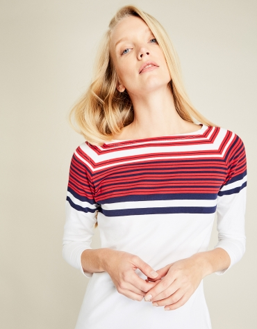 Camiseta blanca y rayas rojas