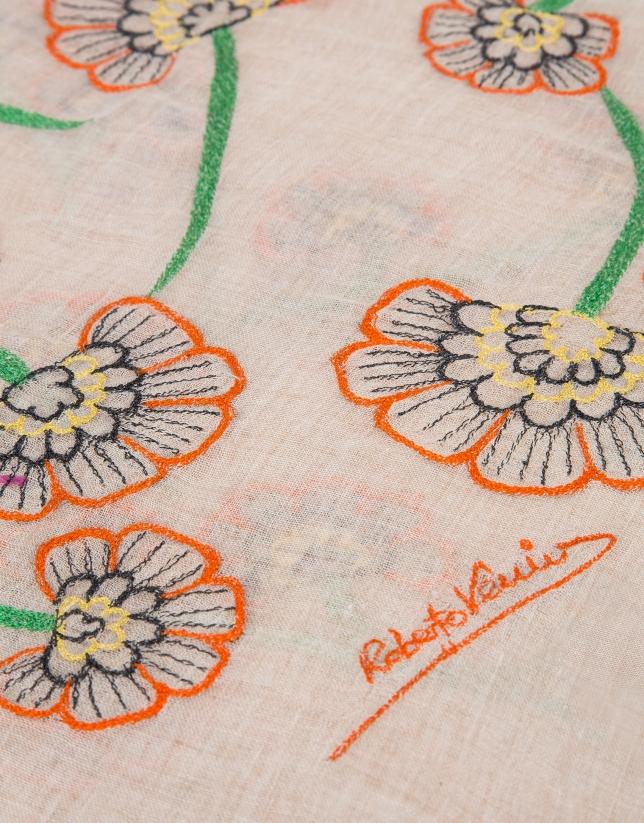 Foulard brodé de fleurs sur un fond blanc