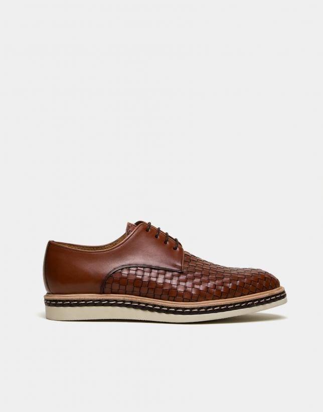 Zapato grabado trenzado marrón