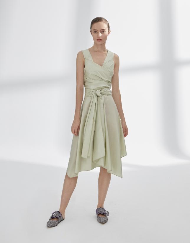 Vestido drapeado verde con vuelo
