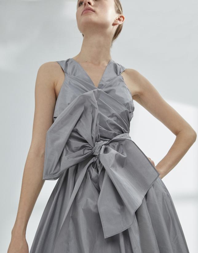 Vestido drapeado gris con vuelo