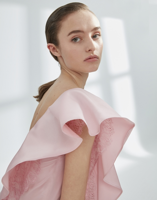 Robe en satin rose à volant