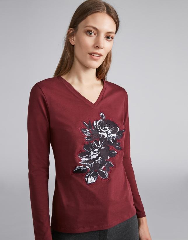 T-shirt col V grenat avec fleur brodée