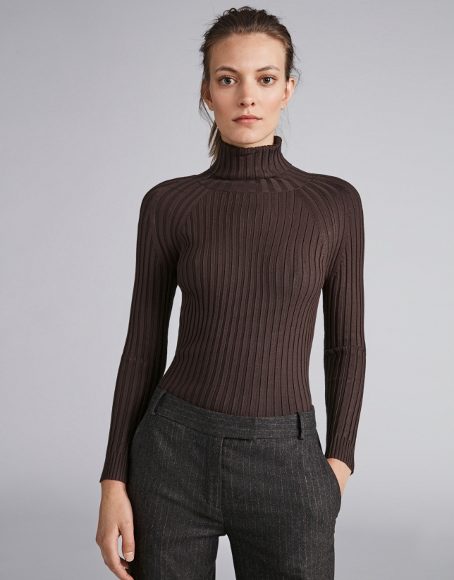 Brown ribbed sweater with turtle neck