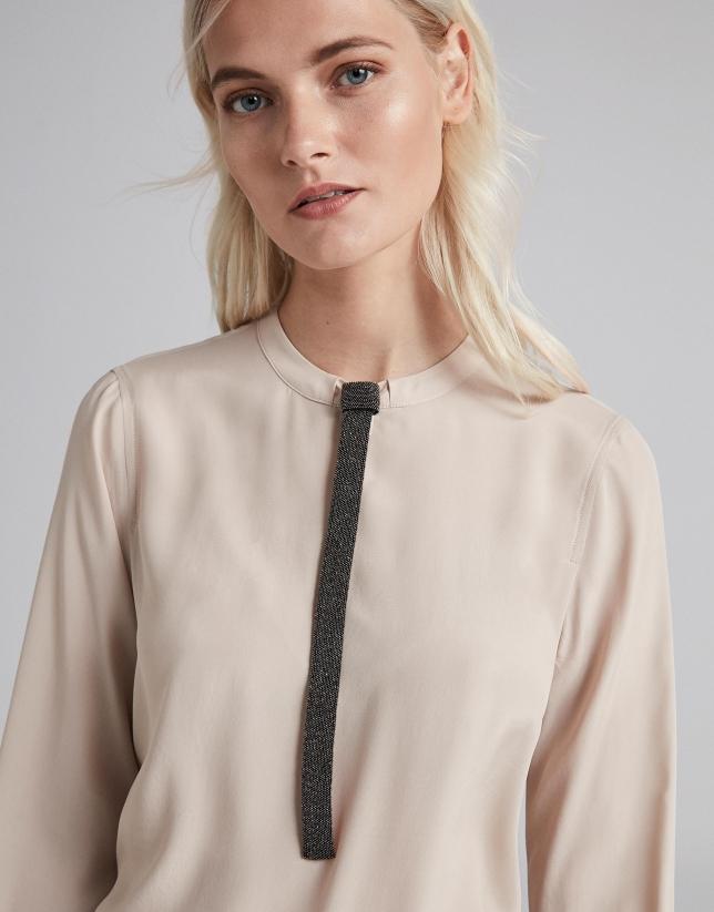 Camisa marfil con fantasía en cuello