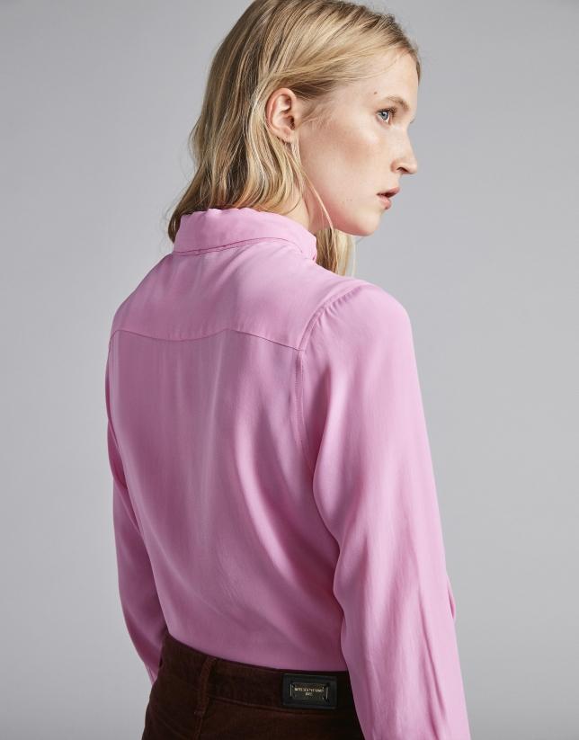 Camisa rosa palo con cuello corbata
