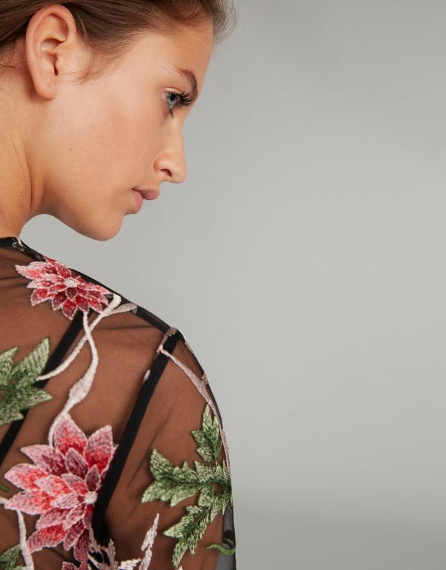 Vestido midi negro bordado floral sobre tul