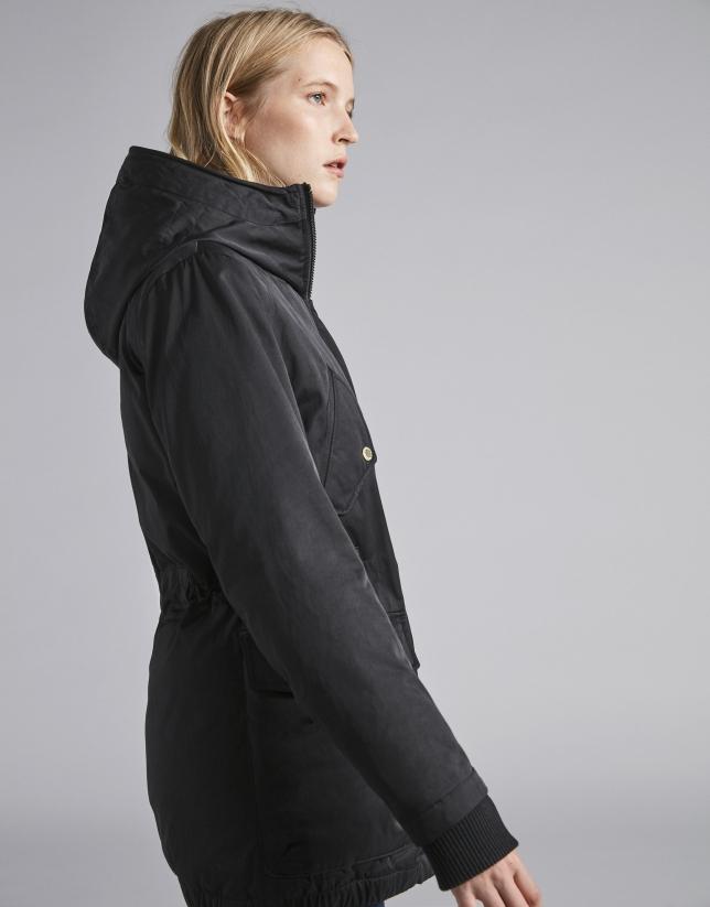 Parka negra con capucha y pelo zorro