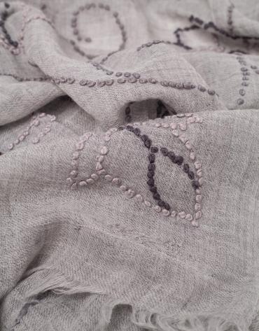 Etole en laine gris perlé à fleurs dans le ton