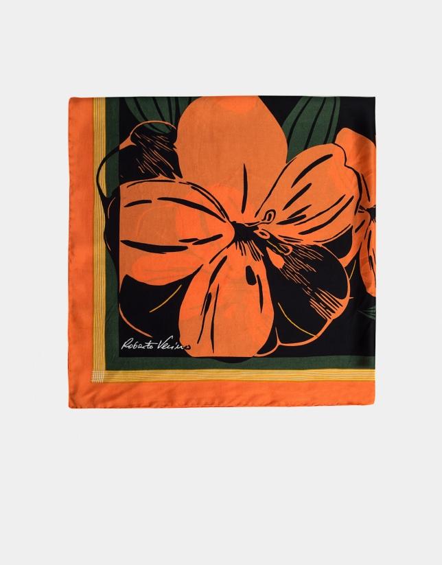 Pañuelo de seda negro y flores ocre y verde