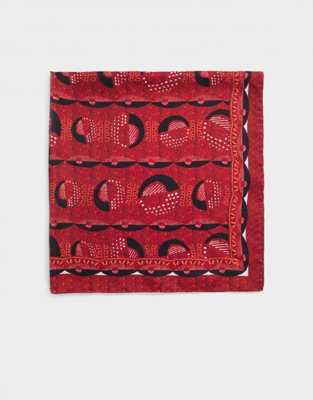 Pañuelo de seda granate estampado geométrico.