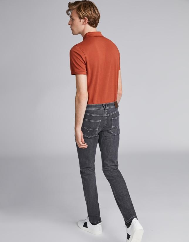 Pantalón vaquero color gris