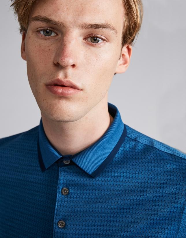 Polo jacquard en tonos azules y cuello mil rayas