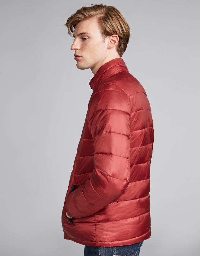 Burgundy tech ski jacket with details on zippers