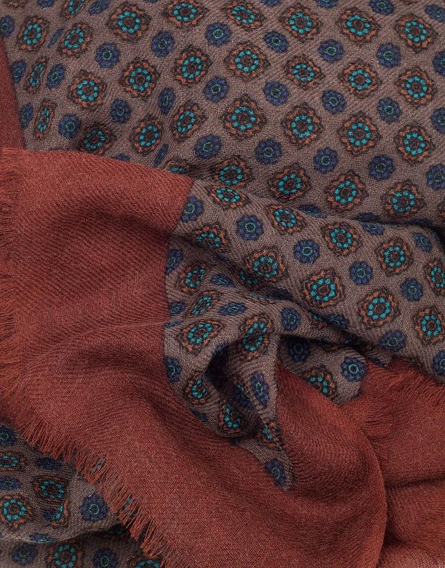 Fular estampado étnico en tonos visón, azul y naranja quemado