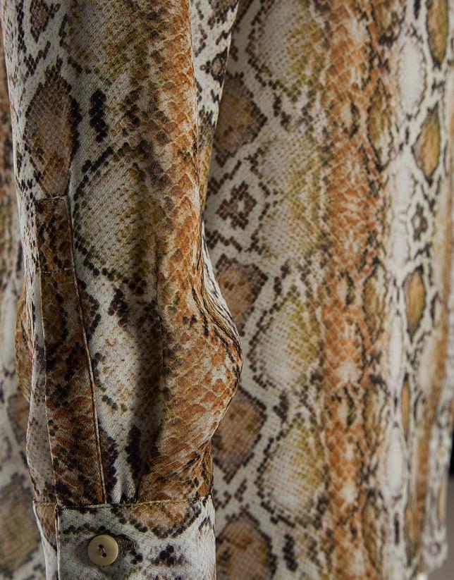 Blusa fluida estampado serpiente
