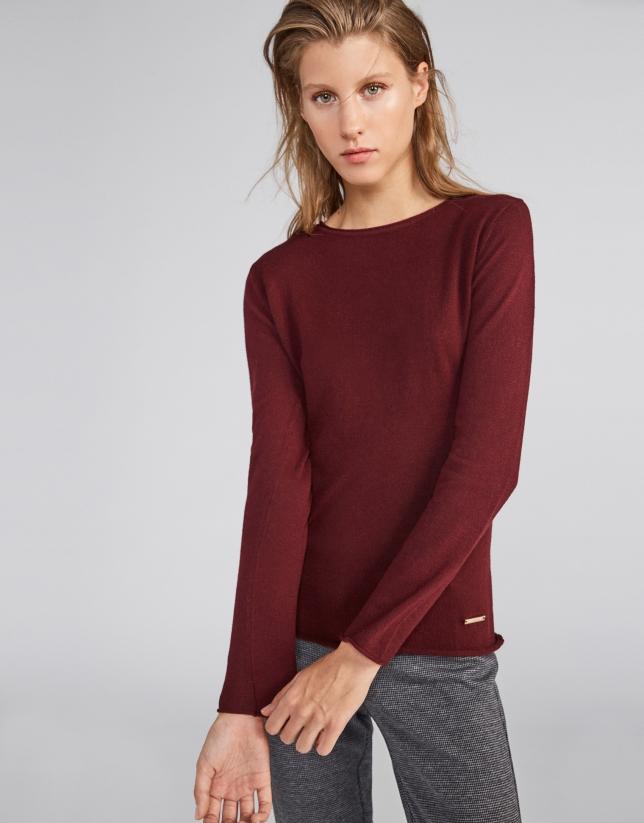 Burgundy sweater with round neck