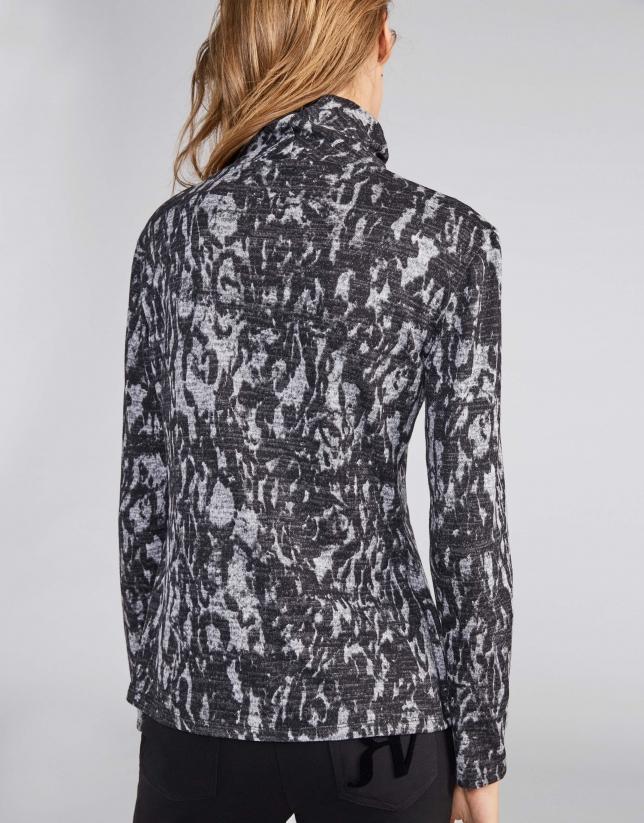 Camiseta cuello chimenea estampado grises